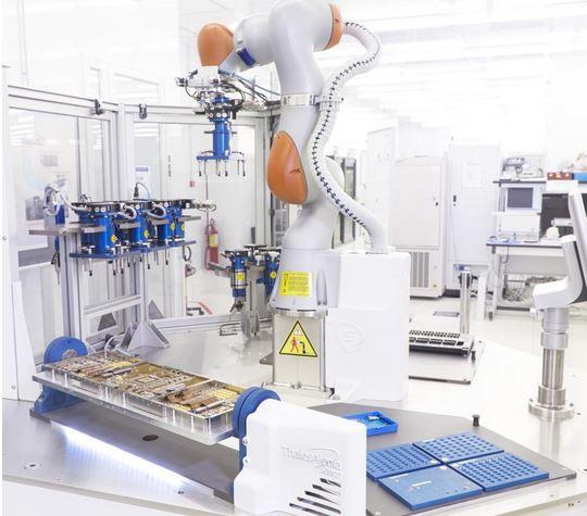 Thales Alenia Space passe au robot collaboratif pour l'assemblage en électronique