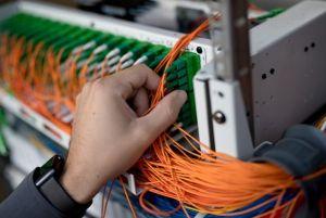 Orange cède 50% de ses réseaux de fibre optique en zone rurale